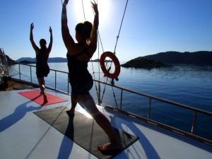 uzumlu-yoga-on-boat